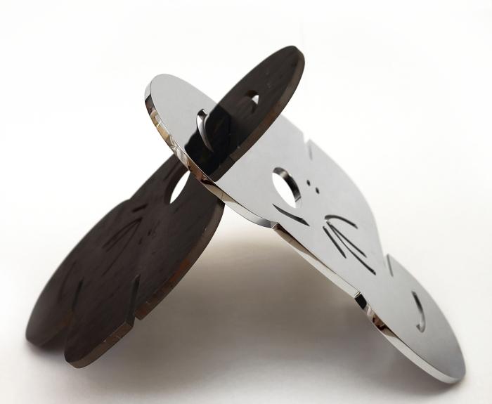 124 -  Símio V - Acasala Símio - Aço cromado e aço bruto e verniz - 46x56cm - 2014 vista 6315Corte 1©